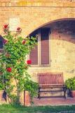 Ławka wśród kwiatów w Toskańskim agritourism Zdjęcia Royalty Free