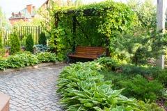Ławka w domu ogródzie zdjęcia stock