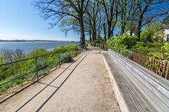 Ławka w idyllicznym parku na bankach Elbe rzeka zdjęcia stock