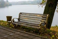 Ławka w jesień parku Obrazy Royalty Free