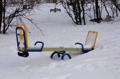 Ławka w parku jest śnieżysta z udziałami śnieg Obrazy Stock