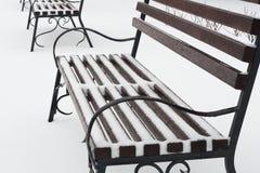 Ławka w parku w zimie Ono mnóstwo śniegiem jest Na jeziorze burza Zdjęcie Royalty Free