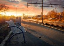 Ławka w zimnym wschodzie słońca Fotografia Royalty Free