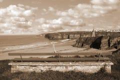 Ławka widok Ballybunion kasztel i plaża Zdjęcia Royalty Free
