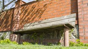 Ławka z ściana z cegieł ogrodzeniem Obraz Royalty Free