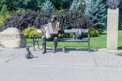 Ławka z bawić się Kaszuby na akordeonie przy parkiem w Wejherowo obraz stock