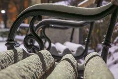 ławka zakrywający parka śnieg Fotografia Stock