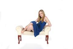 ławki błękit sukni ładni krótcy kobiety potomstwa Obrazy Royalty Free