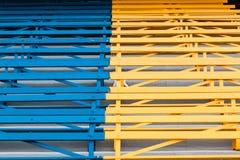 Ławki Błękitny Żółty Jawny miejsca siedzące Obrazy Royalty Free