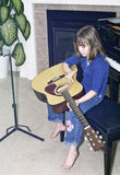 ławki dziewczyny gitary mała fortepianowa praktyka siedzi Obrazy Stock