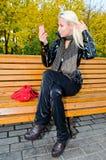 ławki dziewczyny lustro fotografia royalty free