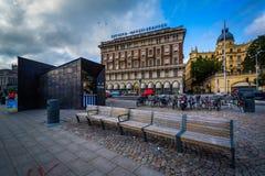 Ławki i budynki wzdłuż Södra Blasieholmskajen w Norrmalm, Zdjęcie Royalty Free