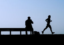 ławki jogger mężczyzna zegarki Fotografia Royalty Free