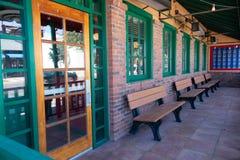 Ławki przeciw ścianie obok wejścia budynek zdjęcie royalty free