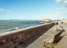 Ławki przegapia morze w Crete Greece drogi wybrzeża nabrzeżnym widoku obrazy royalty free