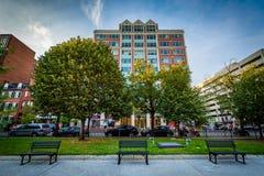 Ławki przy James Monroe parkiem dalej budynkami i Ja ulica, w Washi zdjęcia royalty free