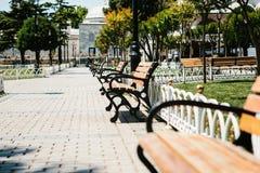 Ławki w pogodnym parku z alejami przeciw tłu drzewa Sultanahmet kwadrat w Istanbuł przestrzeni publicznej Fotografia Stock