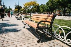 Ławki w pogodnym parku z alejami przeciw tłu drzewa Sultanahmet kwadrat w Istanbuł przestrzeni publicznej Zdjęcie Stock