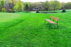 Ławki wiosny park Zdjęcia Royalty Free