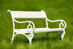 ławki zielony łąkowy romantyczny lato biel fotografia stock