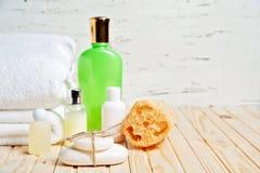 Łazienek akcesoria i biały ręcznik Mydło i płukanka Piękno opieki akcesoria dla skąpania Fotografia Stock