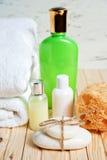 Łazienek akcesoria i biały ręcznik Mydło i płukanka Piękno opieki akcesoria dla skąpania Obrazy Stock