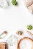 Łazienka aromat i sól oliwimy dla zdroju na białym tło odgórnego widoku egzaminie próbnym fotografia royalty free