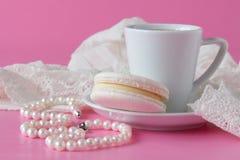 Łazienka odpierająca z kawą, rocznik operla biżuterię Obrazy Royalty Free