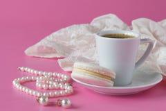 Łazienka odpierająca z kawą, rocznik operla biżuterię Zdjęcie Stock