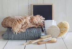 Łazienka ustawiająca z ciepłymi pulowerami obraz stock