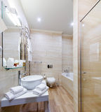 Łazienka wewnętrzni pokoje hotelowi z skąpaniem i prysznic, Zdjęcie Royalty Free