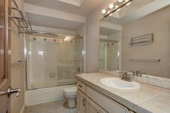 Łazienka z bezcelowości prysznic i gabinetem zdjęcia stock