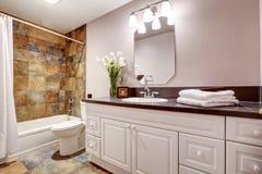 Łazienka z białymi gabinetami i tytułową podłoga zdjęcia royalty free