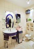 łazienki błękitny wnętrza stojaka obmycie fotografia royalty free
