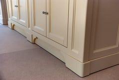 Łazienki bezcelowości gabinet dla dwa washbasins Wyszczególnia klasycznego meble Zdjęcie Royalty Free
