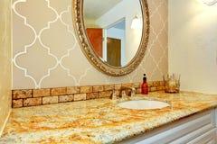 Łazienki bezcelowości gabinet z granitu wierzchołkiem w luksusowej łazience Obraz Royalty Free