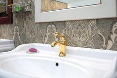 Łazienki luksusowy klasyczny wnętrze z białym zlew i klasycznym retro stylowym złotym faucet Fotografia Stock