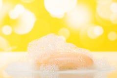 Łazienki mydło z pianą na abstrakcjonistycznym kolorze żółtym obraz stock