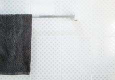Łazienki wnętrze i ręcznika obwieszenie na poręczu Zdjęcie Stock