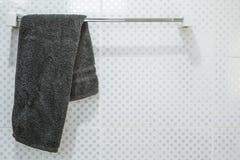 Łazienki wnętrze i ręcznika obwieszenie na poręczu Fotografia Stock