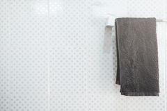 Łazienki wnętrze i ręcznika obwieszenie na poręczu Zdjęcia Royalty Free