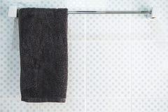 Łazienki wnętrze i ręcznika obwieszenie na poręczu Obraz Stock