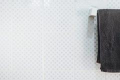 Łazienki wnętrze i ręcznika obwieszenie na poręczu Zdjęcia Stock