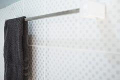 Łazienki wnętrze i ręcznika obwieszenie na poręczu Fotografia Royalty Free
