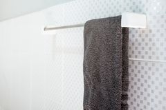 Łazienki wnętrze i ręcznika obwieszenie na poręczu Obrazy Royalty Free