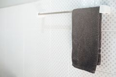 Łazienki wnętrze i ręcznika obwieszenie na poręczu Obrazy Stock