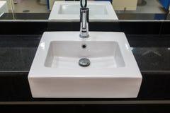 Łazienki wnętrze z białym obmycie basenem, faucet nowożytnymi i Zdjęcie Stock