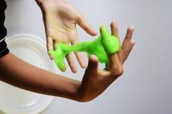 Łba szlamowy elastyczny, viscous na dziecka ` s ręce i zdjęcie stock
