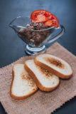 Łeb jarskie fasole z pomidorem Veg kanapka Przekąska na łupku Wznoszący toast chleb Biały chleb z sezamowymi ziarnami na a Obrazy Royalty Free