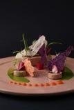 Łeb z kumberlandem, grzanką, galaretą i arugula na talerzu, zbliżenie Czarny tło Cząsteczkowa kuchnia Zdjęcia Royalty Free
